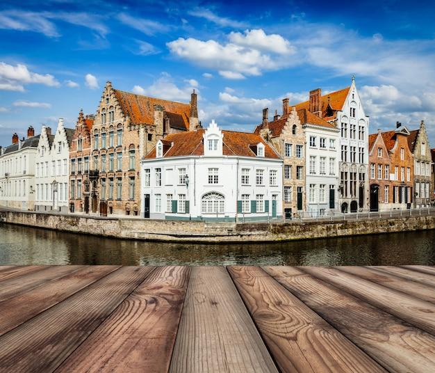 Drewniane deski z kanałami brugii w tle