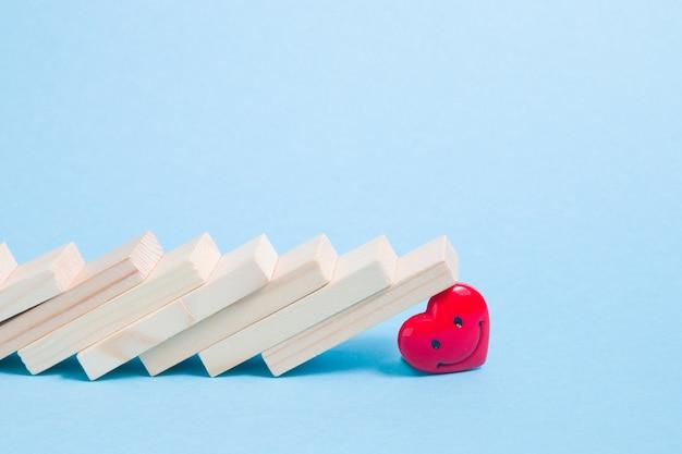 Drewniane domino spadło na serce