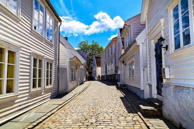 Drewniane domy mieszkalne z nisko położonymi oknami, norwegia