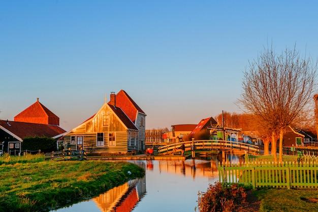 Drewniane domy nad rzeką.