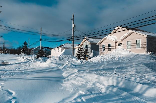 Drewniane domy pokryte śniegiem