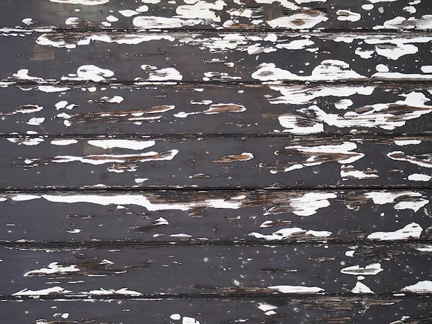 Drewniane drzwi obrane czarną starą farbą.