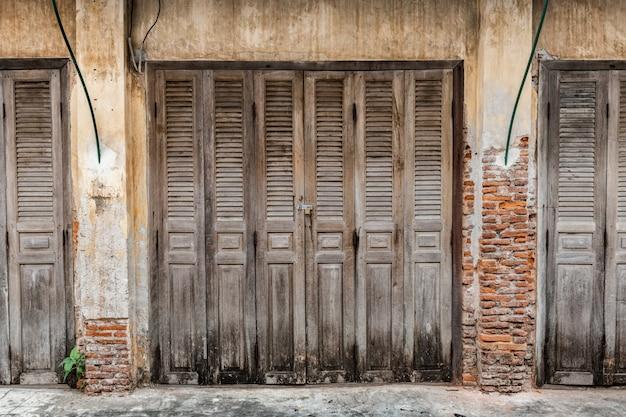 Drewniane drzwi starożytnego domu.