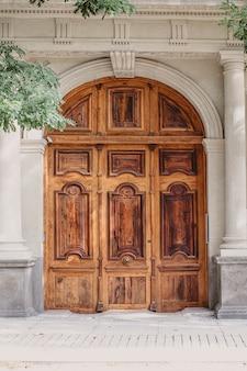 Drewniane drzwi w stylu barokowym