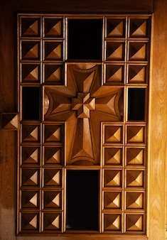 Drewniane drzwi z krzyżem