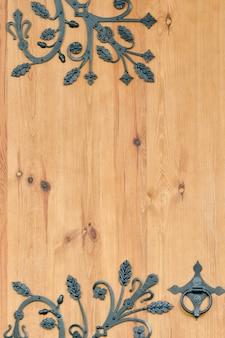 Drewniane drzwi z metalowymi elementami kutymi