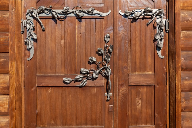 Drewniane drzwi z żelaznym kuciem antyczne drewniane antyczne drewniane drzwi z kutą żelazną kratką