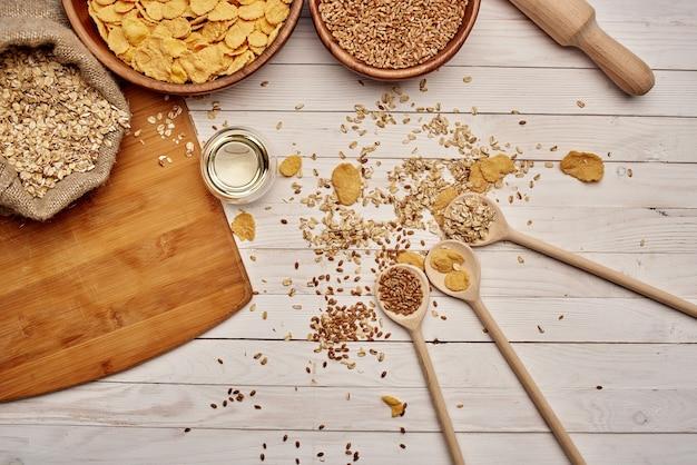 Drewniane elementy kuchenne zdrowe śniadanie w tle drewna