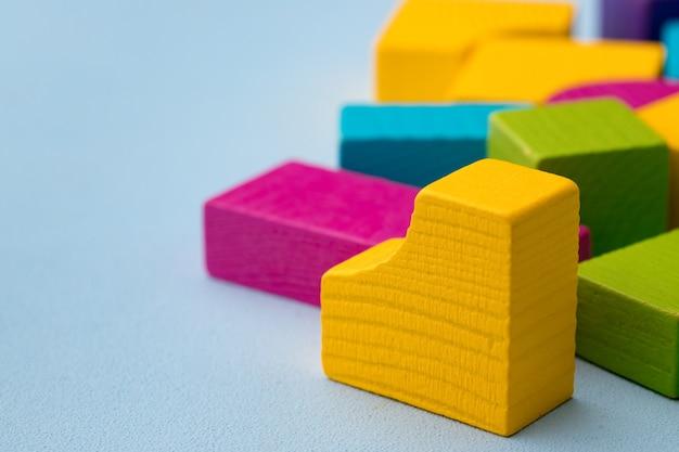 Drewniane elementy zestawu do budowania zabawek na niebiesko