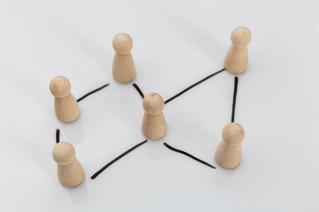 Drewniane figurki jako symbol zespołu. zasoby ludzkie i koncepcja zarządzania