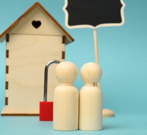 Drewniane figurki rodziny, model domu. zakup nieruchomości, koncepcja wynajmu. przeprowadzka do nowych mieszkań