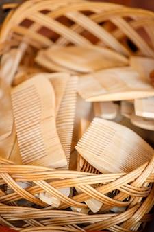 Drewniane grzebienie są w wiklinowym koszu. widok z góry