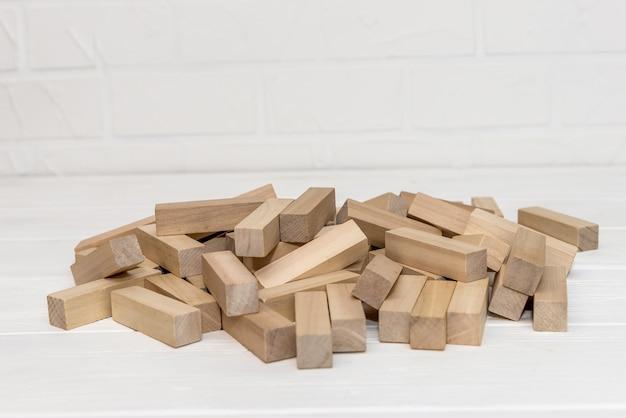Drewniane klocki do budowy wieży na biurku