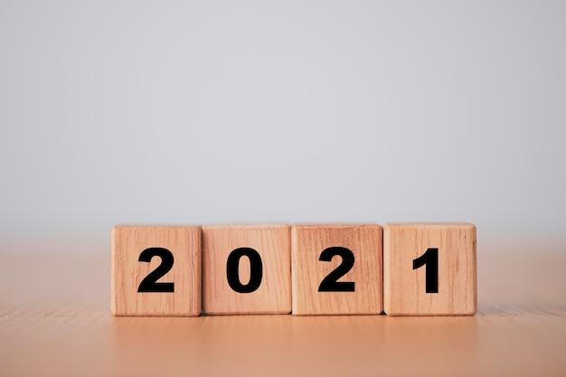 Drewniane klocki na rok zmian 2020 do 2021. nowy rok i koncepcja wakacji.