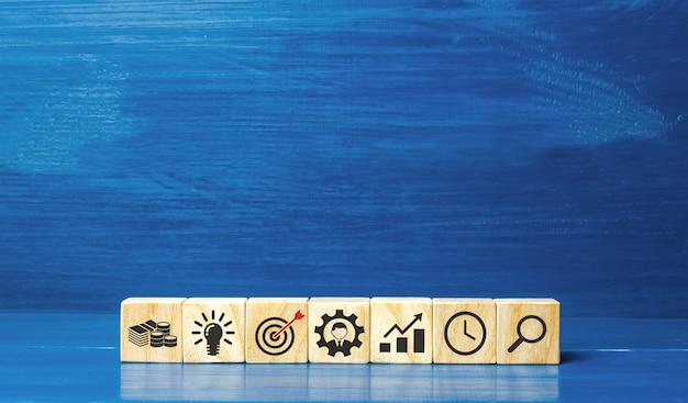 Drewniane klocki przedstawiające ikony strategii biznesowej koncepcja rozwoju innowacyjnych technologii