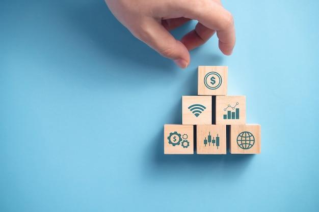 Drewniane klocki stos z ikoną, koncepcja planowania biznesowego.