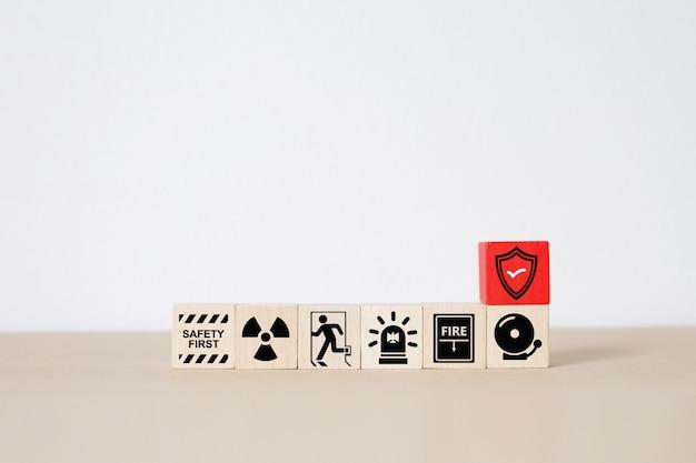 Drewniane klocki ułożone z ikonami ognia i bezpieczeństwa.