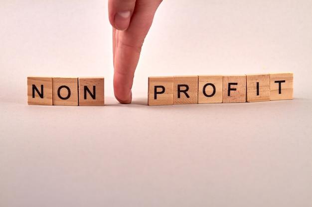Drewniane klocki z literami tworzącymi tekst non-profit
