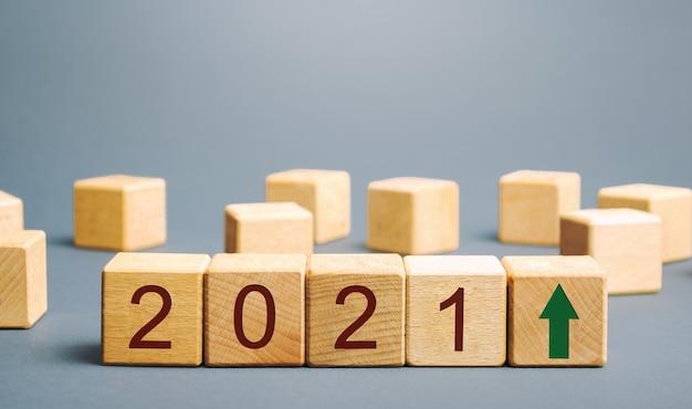 Drewniane klocki z napisem 2021 i strzałką w górę