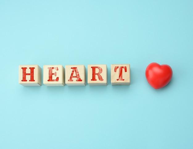 Drewniane klocki z napisem heart na niebieskiej powierzchni