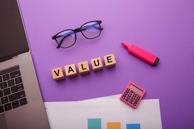 Drewniane klocki ze słowem value. misja, wizja i koncepcja podstawowych wartości.