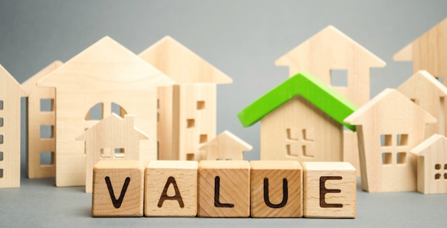Drewniane klocki ze słowem wartość i drewniany dom