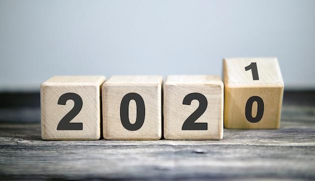 Drewniane klocki zmieniają rok 2020 na 2021. koncepcja nowego roku i wakacji.