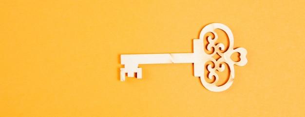 Drewniane klucze na pomarańczowej powierzchni