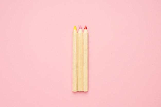 Drewniane kolorowe zwykłe ołówki. powrót do szkoły.
