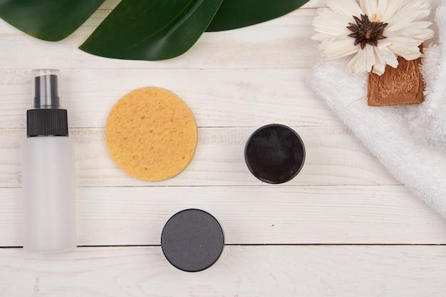 Drewniane kosmetyki z zielonymi liśćmi do dekoracji mydła w akcesoriach łazienkowych