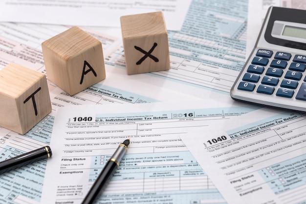 Drewniane kostki, formularz, kalkulator i długopis