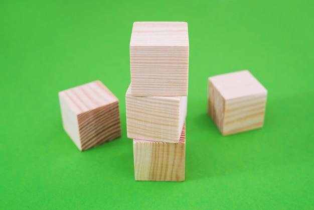 Drewniane kostki na zielonym tle