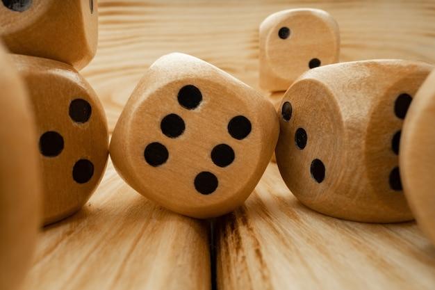 Drewniane kostki rzucane na drewniane tła z bliska zdjęcie