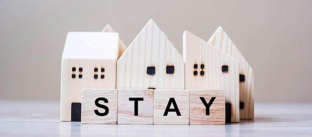 Drewniane kostki sześcianu z tekstem stay i modelem home