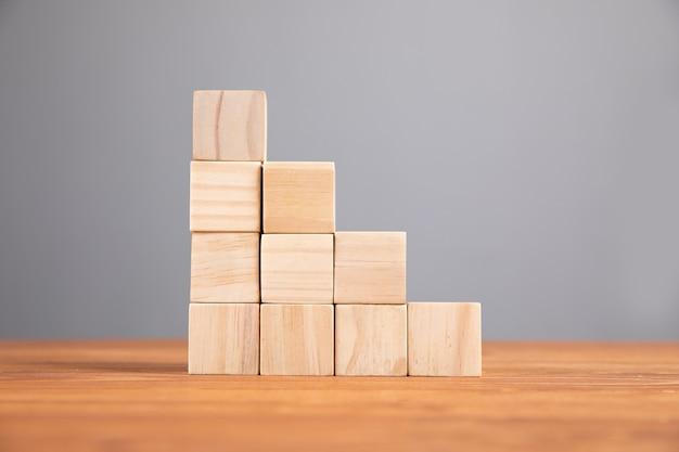 Drewniane kostki w formie drabiny na stole