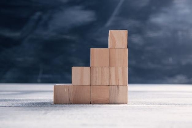 Drewniane kostki w formie drabiny