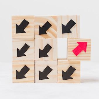 Drewniane kostki z koncepcją oryginalności strzałki