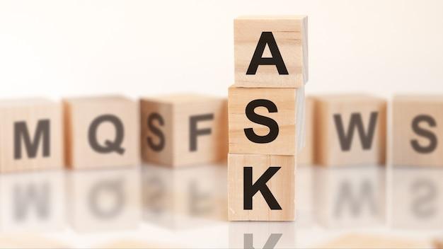 Drewniane kostki z literami ask ułożone w koncepcję biznesową piramidy pionowej. zapytaj skrót od zapytania ofertowego