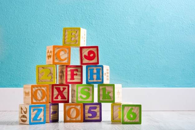 Drewniane kostki z literami i cyframi w pokoju dziecka
