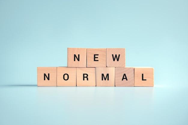 Drewniane kostki z napisem new normal.