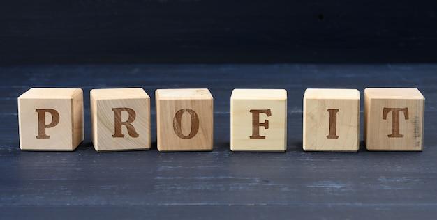 Drewniane kostki z napisem profit