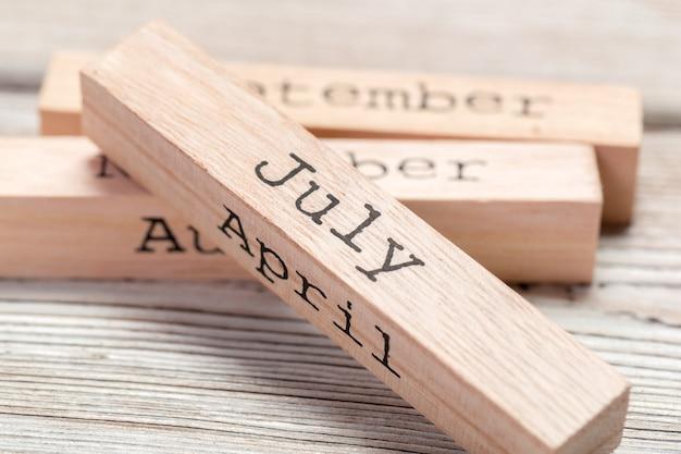 Drewniane kostki z nazwami miesięcy