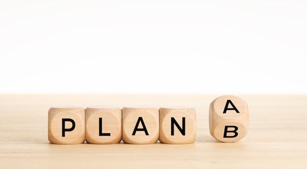 Drewniane kostki z plan a zmiana na plan b w tabeli. skopiuj miejsce.