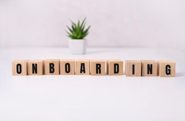 Drewniane kostki z tekstem onboarding.