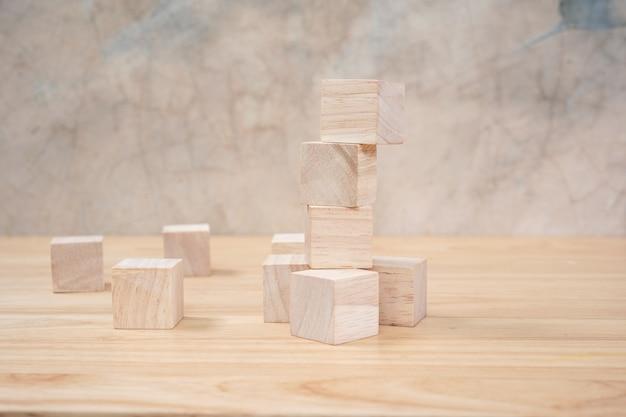 Drewniane kostki zabawki na drewnianym stole