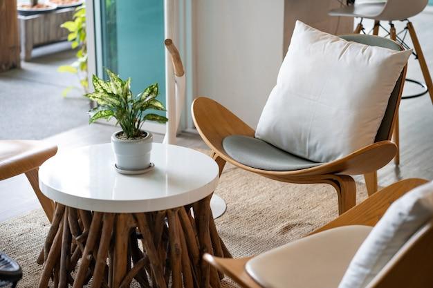 Drewniane krzesła i lady w kawiarni