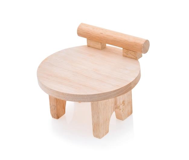 Drewniane krzesła na białym tle