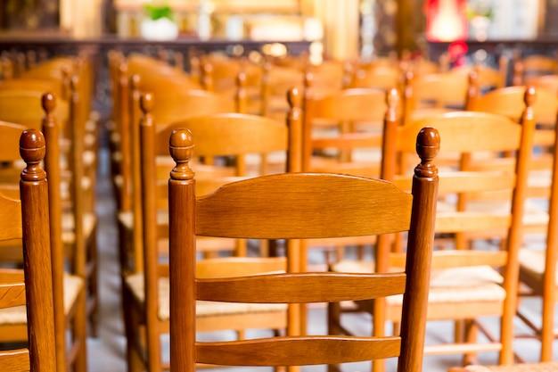 Drewniane krzesła w sali starego kościoła, europa.