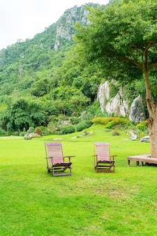 Drewniane krzesło ogrodowe w ogrodzie
