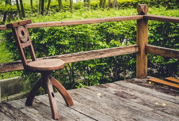 Drewniane krzesło w ogrodzie: ton vintage